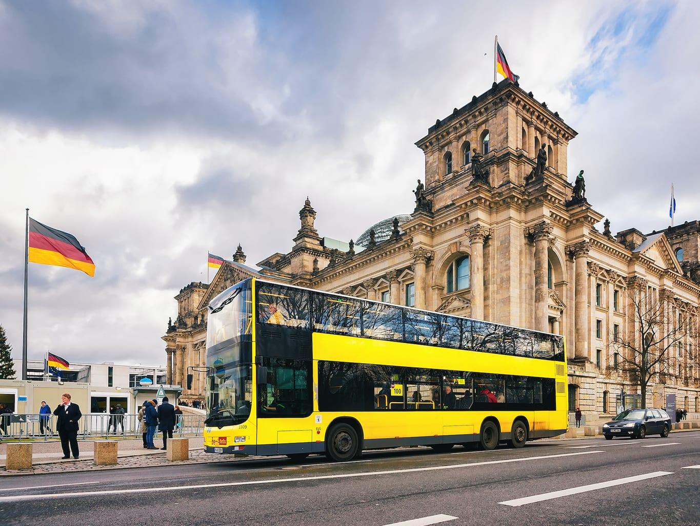Dubbeldekkerbus van lijn 100 voor de Reichstag in Berlijn