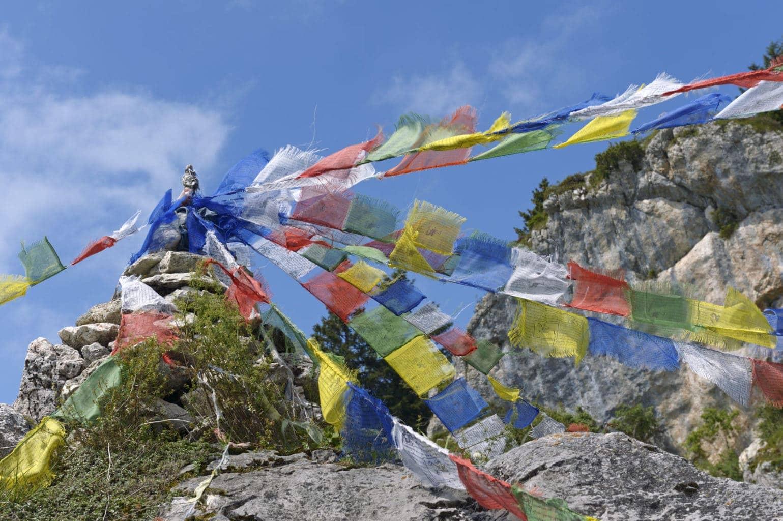 Guirlandes met bonte stoffen hangen op een berg in het Chiemgau in Beieren