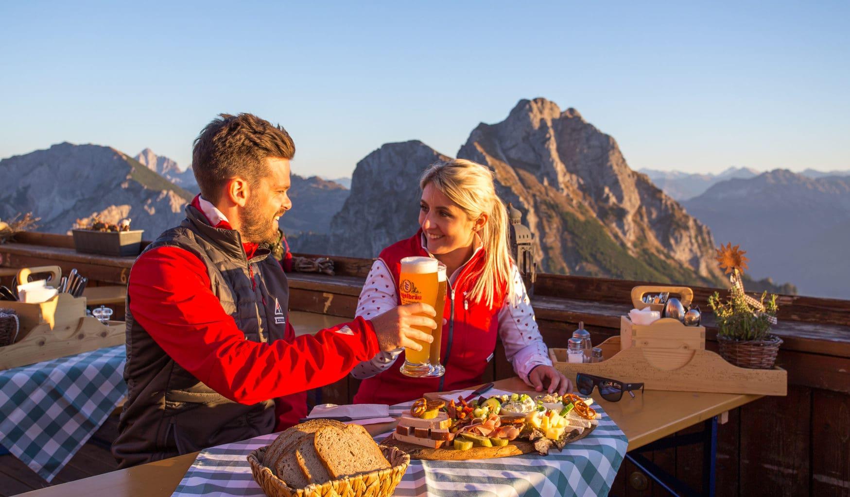 Brood en bier op een berg in Pfronten in Beieren