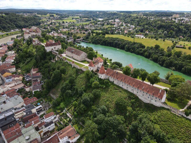 De grootste burcht ter wereld op een heuvel in het Beierse Burghausen