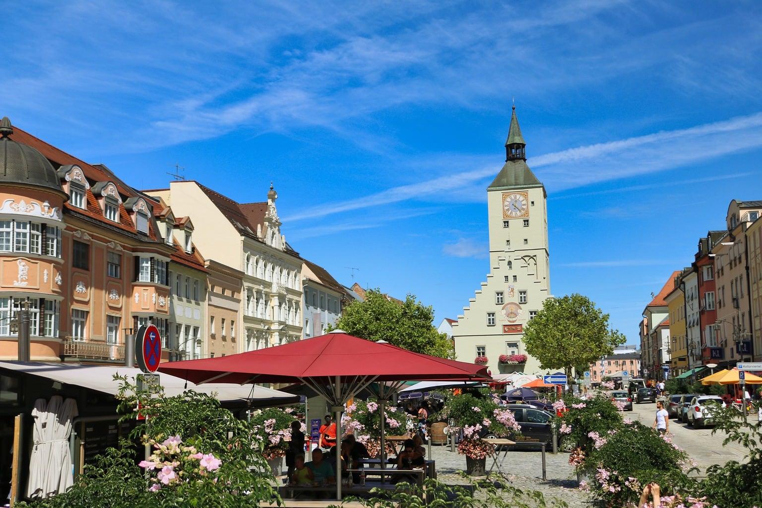 Stadsgezicht van Deggendorf in Beieren waar veel kaarsen geproduceerd worden
