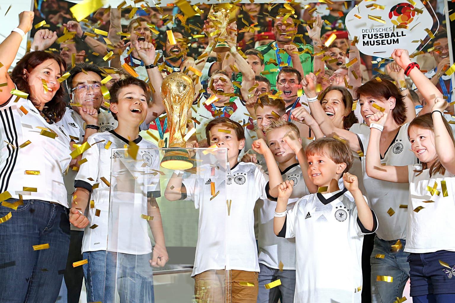 Kinderen bij huldiging in het Duits voetbalmuseum in Dortmund