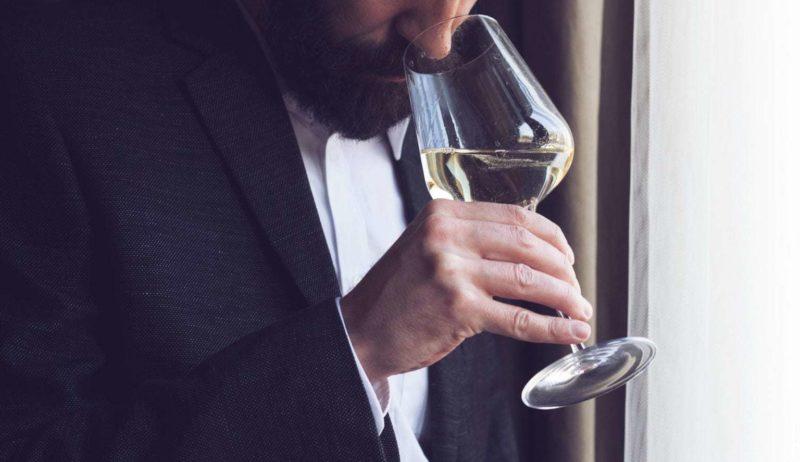 Een kenner ruikt aan een glas Duitse Riesling
