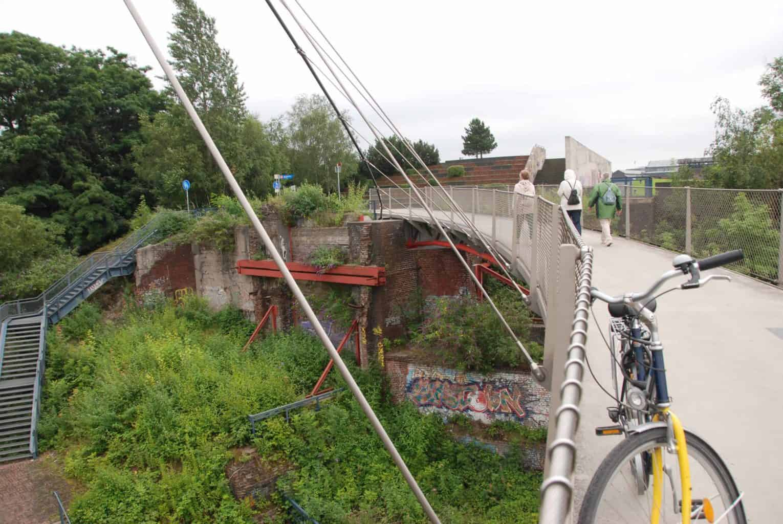 Fiets en voetgangers op de brug Grimberger Sichel in Gelsenkirchen industrie-monumenten