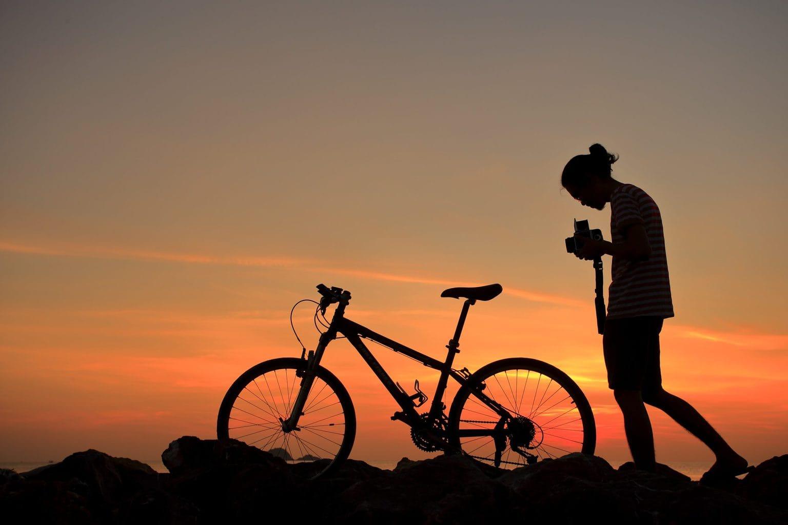 Een eenzamer fietser met een kamera tijdens zo zonsopgang in de Lausitz