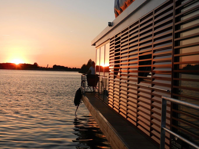 Zonsondergang vanaf een floating house in de buurt van het Duitse Xanten
