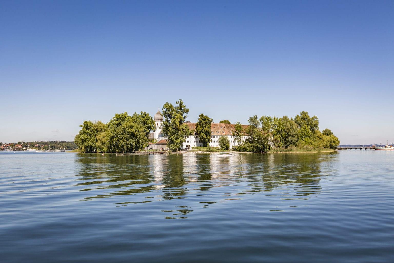 Het eiland Fraueninsel in het Zuidduits meertje Chiemsee