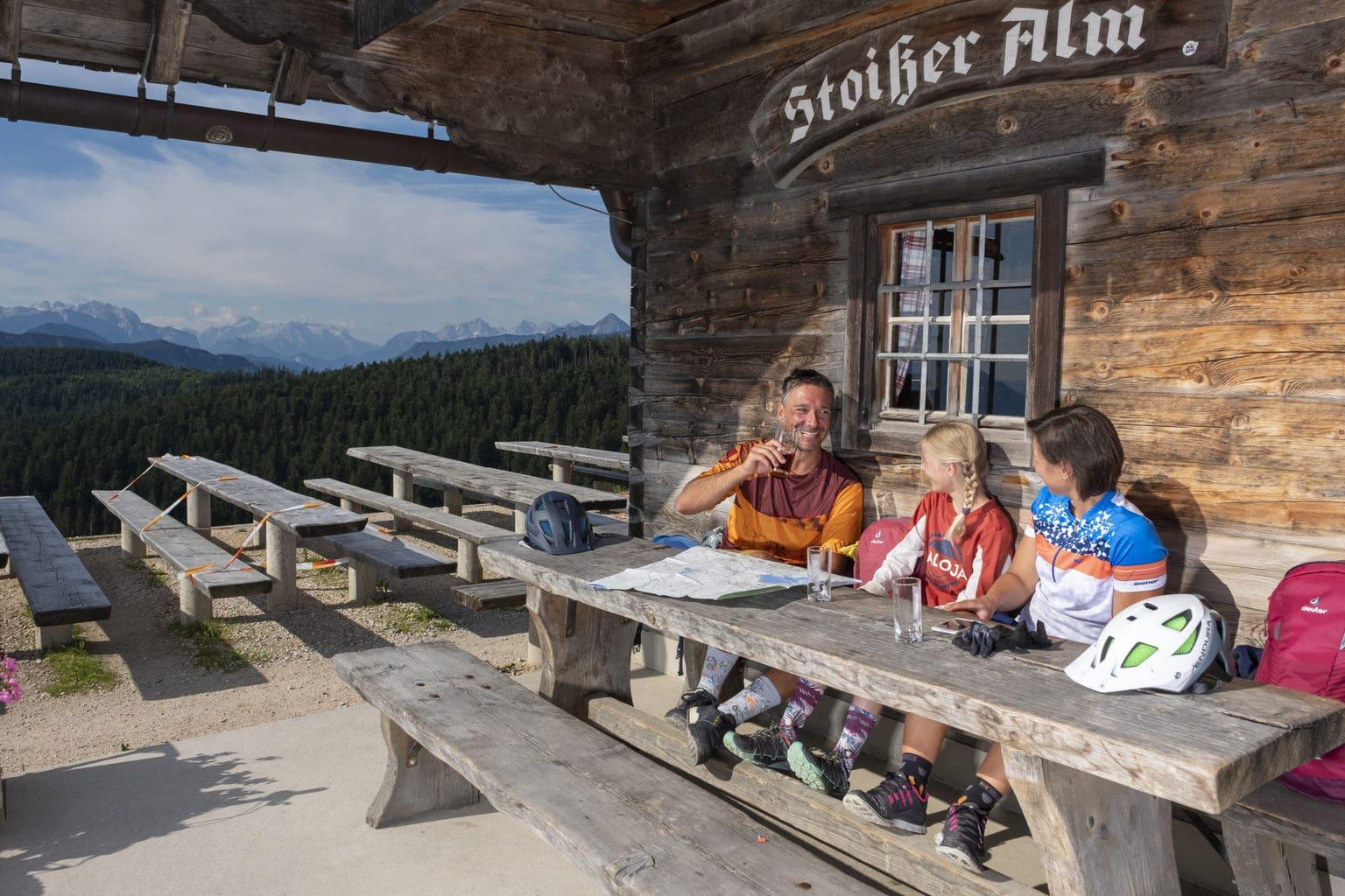 Loon na werken: een koud drankje op een almhut in de Chiemgau