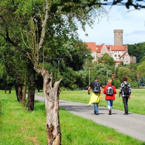 Wandelaars op weg nach burcht Gnandstein in Saksen bij Leipzig