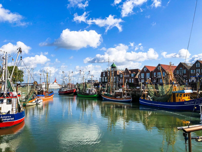 De haven van Neuharlingersiel met huizen en schepen