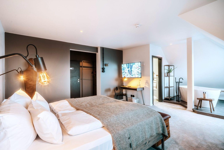 Luxe kamer met bed in boetiekhotel Hearts in Braunlage in de Harz