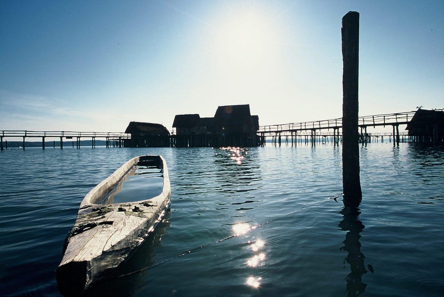 Paalhuizen aan de Bodensee met boot dat uit een boomstam is gesneden
