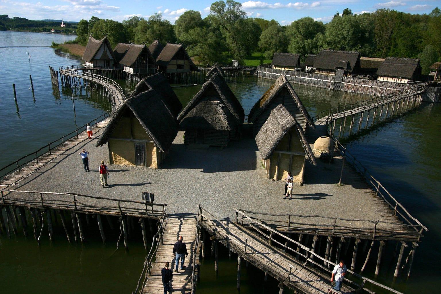 Het Pfahlbaumuseum in Unteruhldingen toont ondermeer 23 huizen zoals ze er 3000 tot 5000 jaar gelegen uitgezien hebben