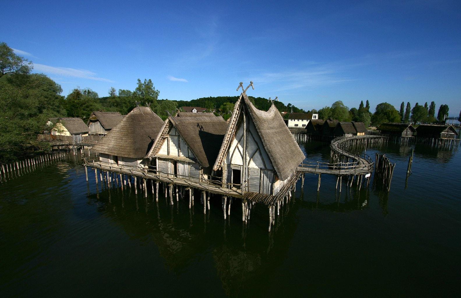 huizen uit de steentijd en de bronzetijd boven de Bodensee in het Pfahlbaumuseum in Unteruhldingen