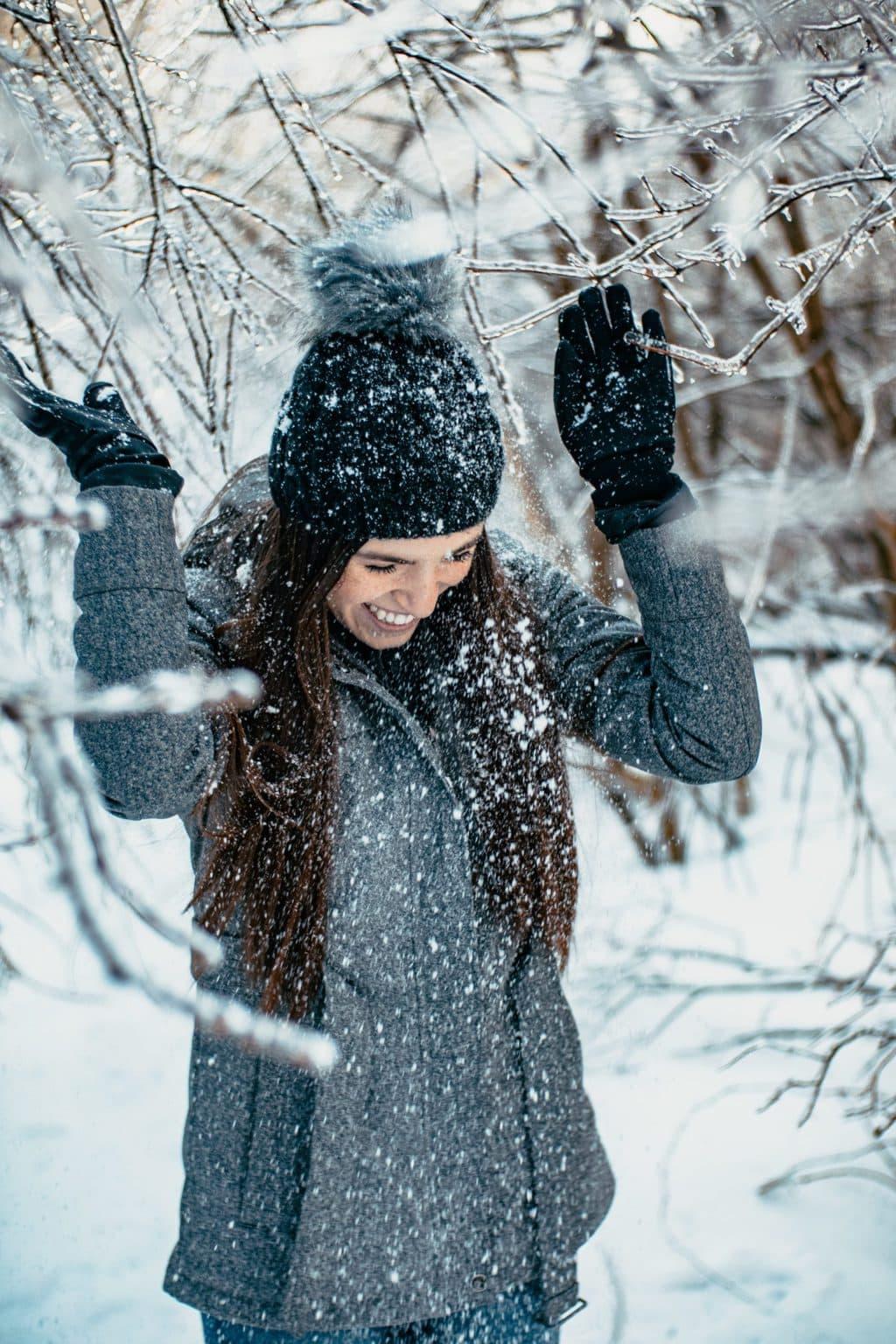 Een vrouw geniet van de sneeuw en de winter in het zuiden van Duitsland