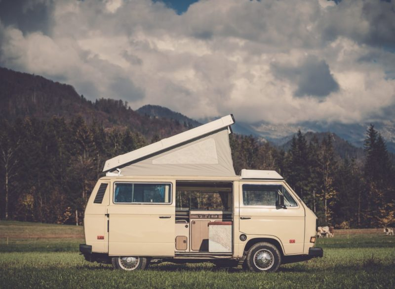 Campervan met uitgeklapt dak voor de bergen