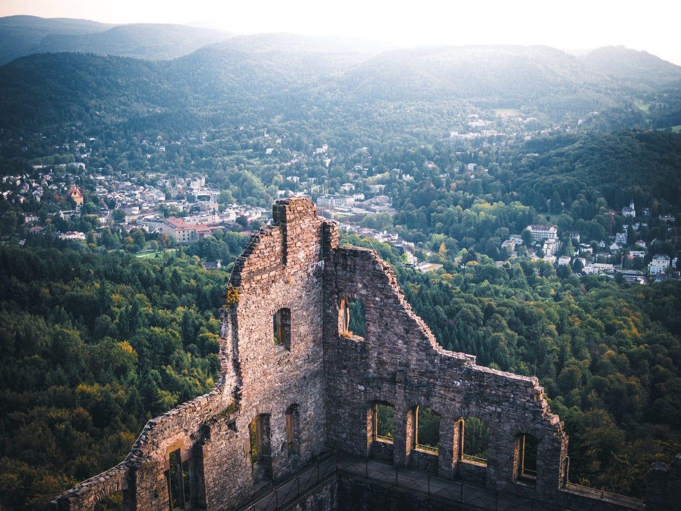 De kasteelruïne van Baden-baden met heuvels op de achtergrond tijdens een wandeling in Baden-Württemberg