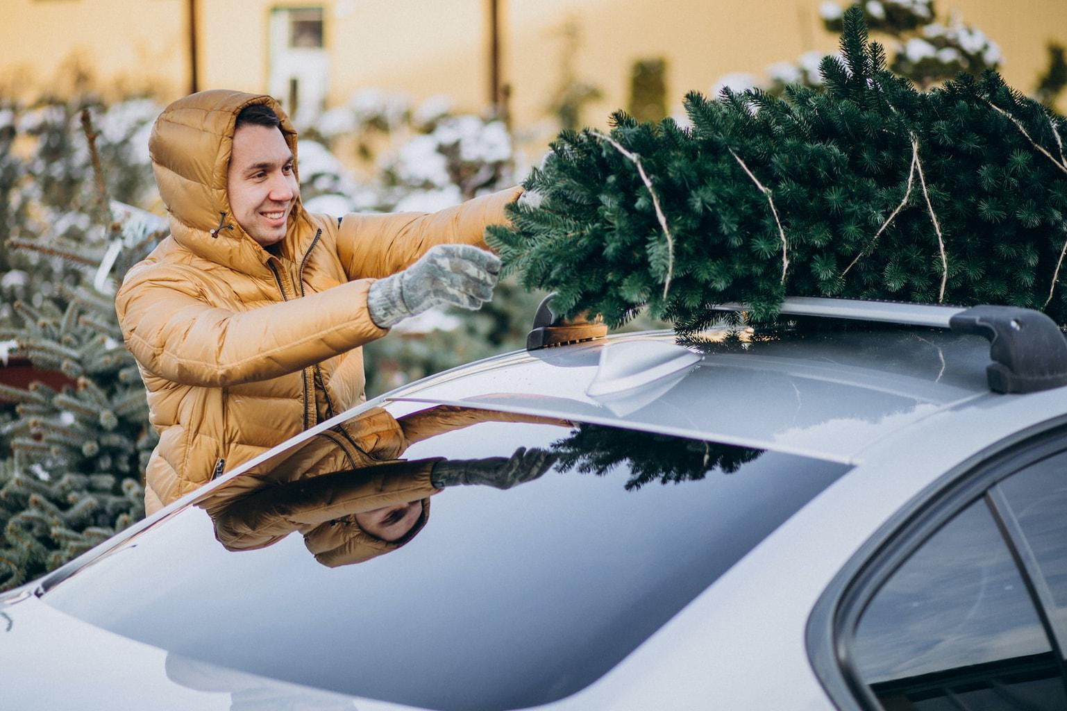 Een kerstboom op het dak van een auto