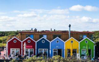 Kleurrijke strandhuizjes op het Duitse eiland Langeoog