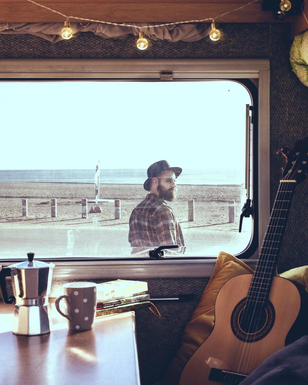 Koffietafel en gitaar vanuit een campervan opgenomen