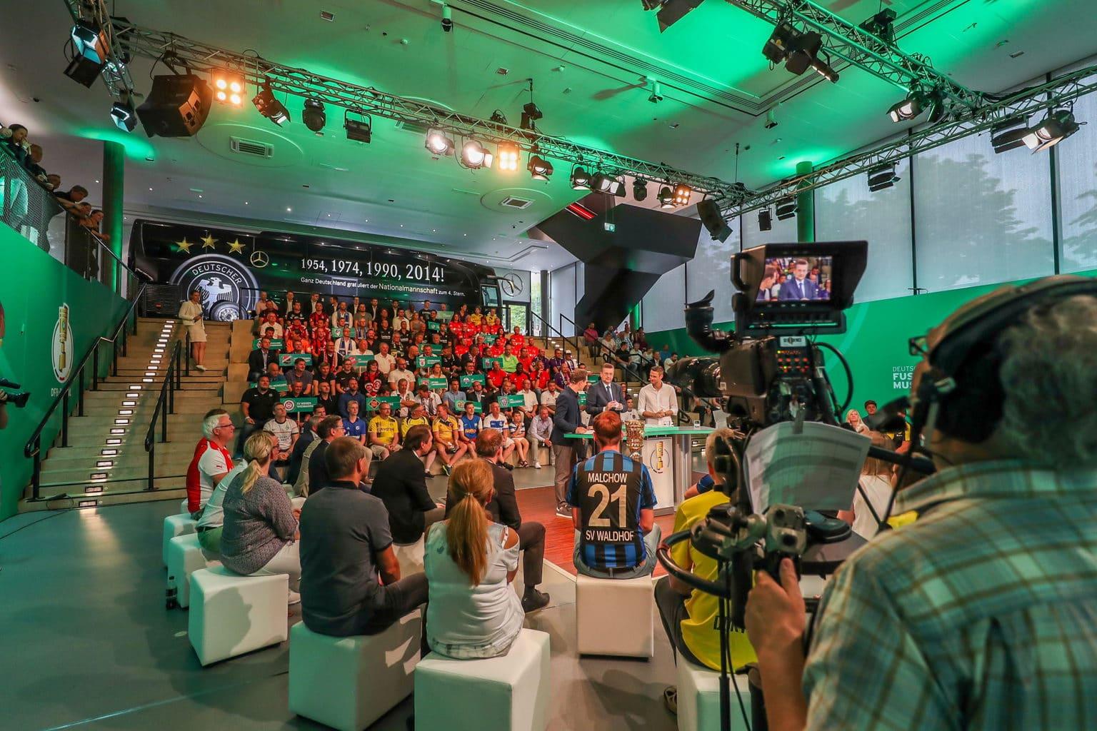 Voetbalfans tijdens de loting voor de Duitse beker in Dortmund