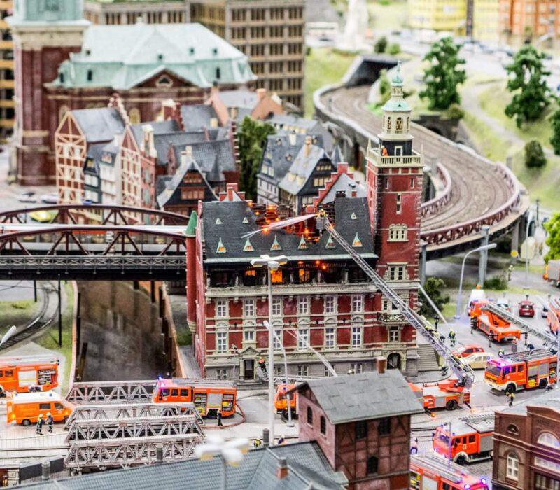 De brandweer in pretpark Miniatur Wunderland in Hamburg
