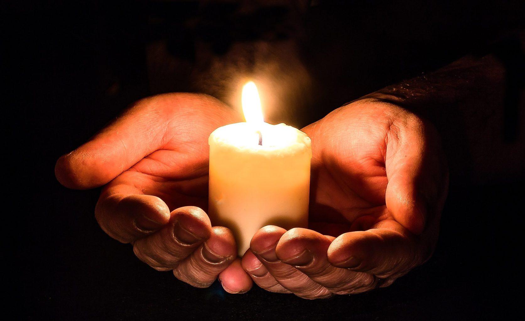 Open handen met kaarsen in het Beierse Deggendorf