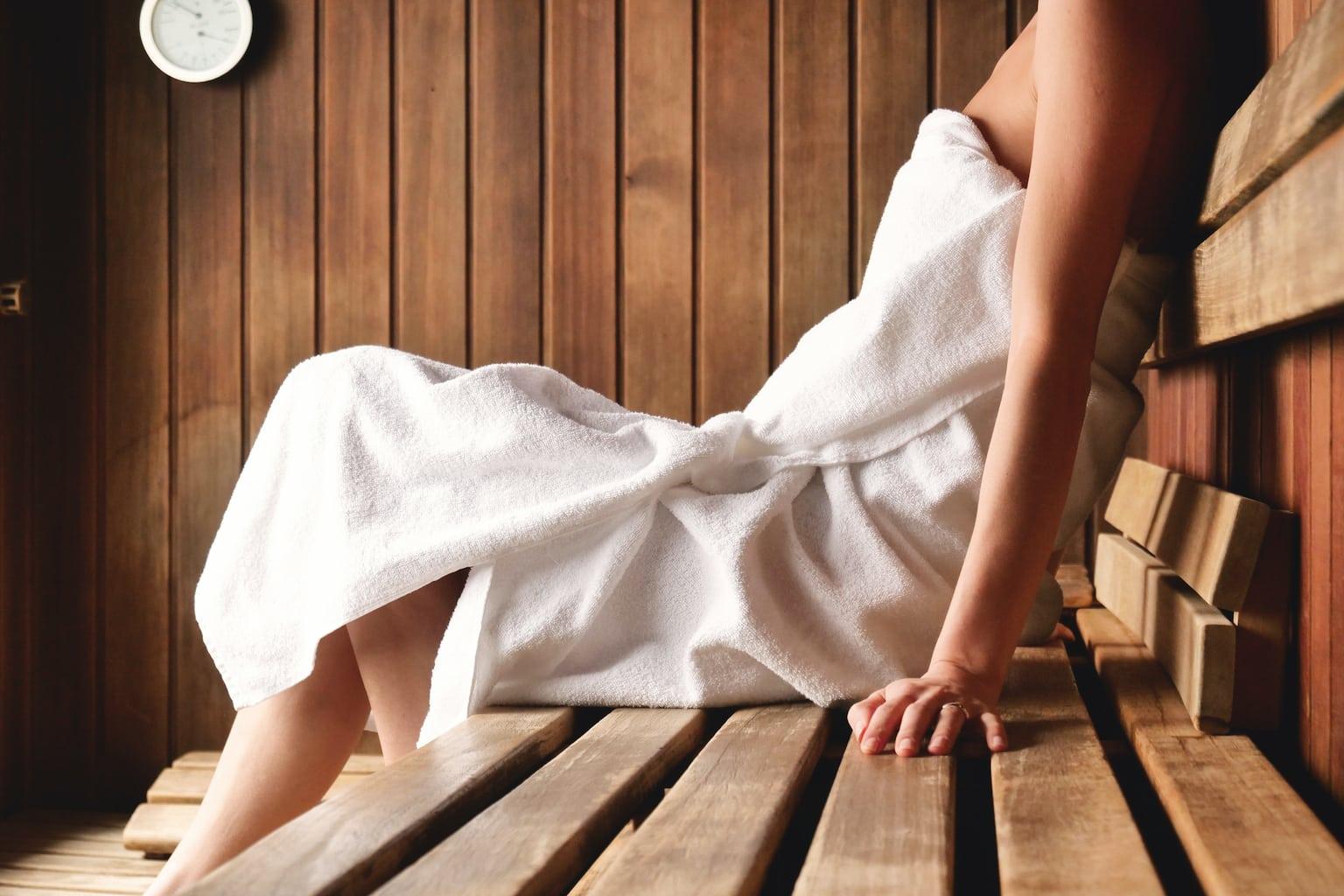 Een vrouw met een handdoek in een Duitse sauna