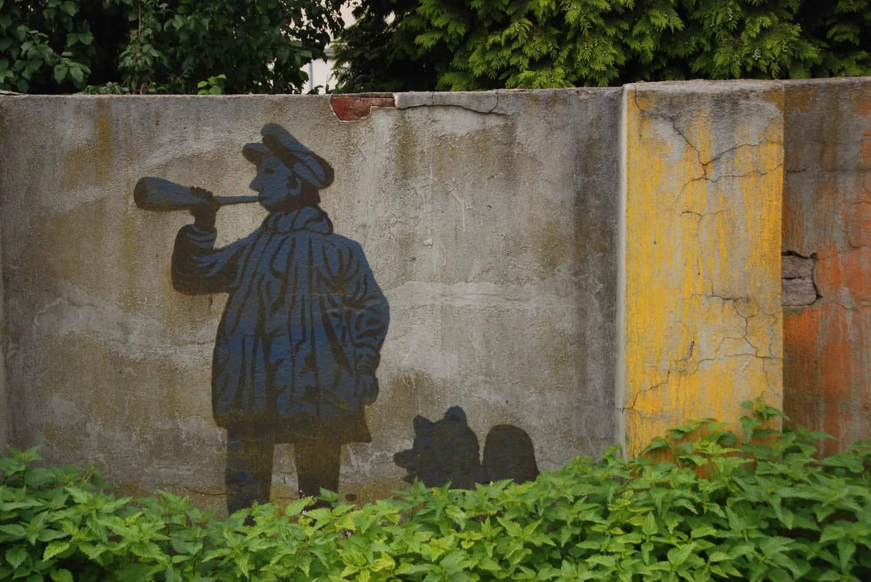 Street Art op een muur met een man en een hond
