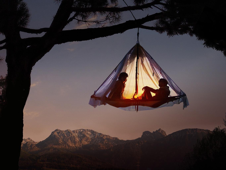 Slapen in een hangende tent met uitzicht op de bergen bij Pfronten