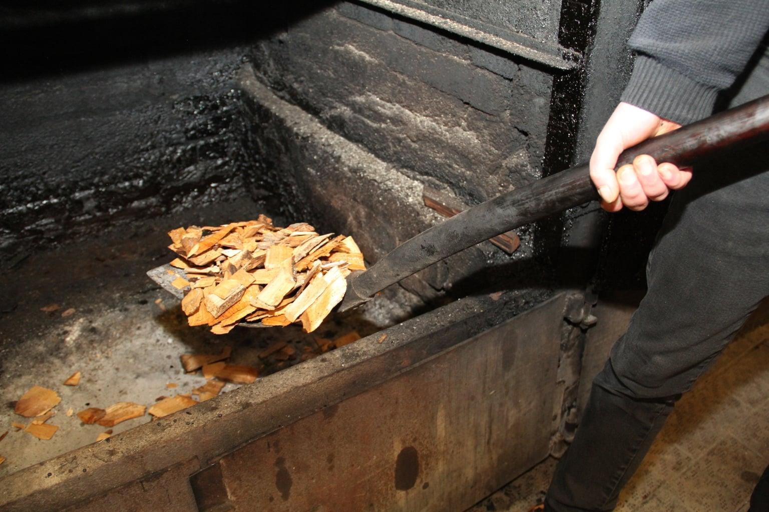 Spanen van de elzenboom gebruikt Jürgen Franke voor zijn rookapparatuur in Bremerhaven