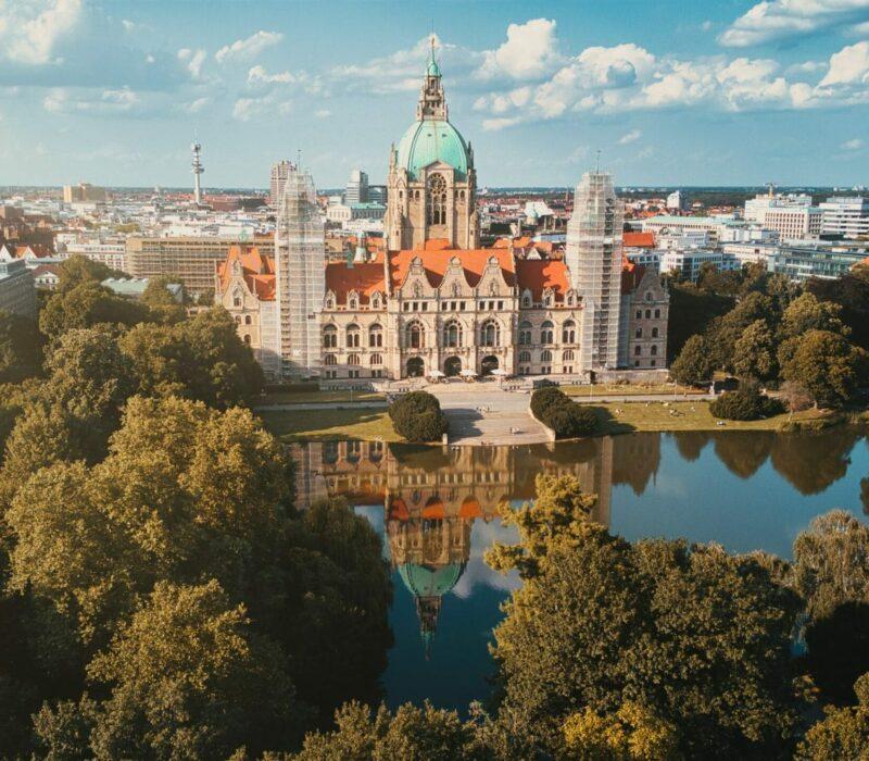 De stad Hannover van boven met meer en stadhuis