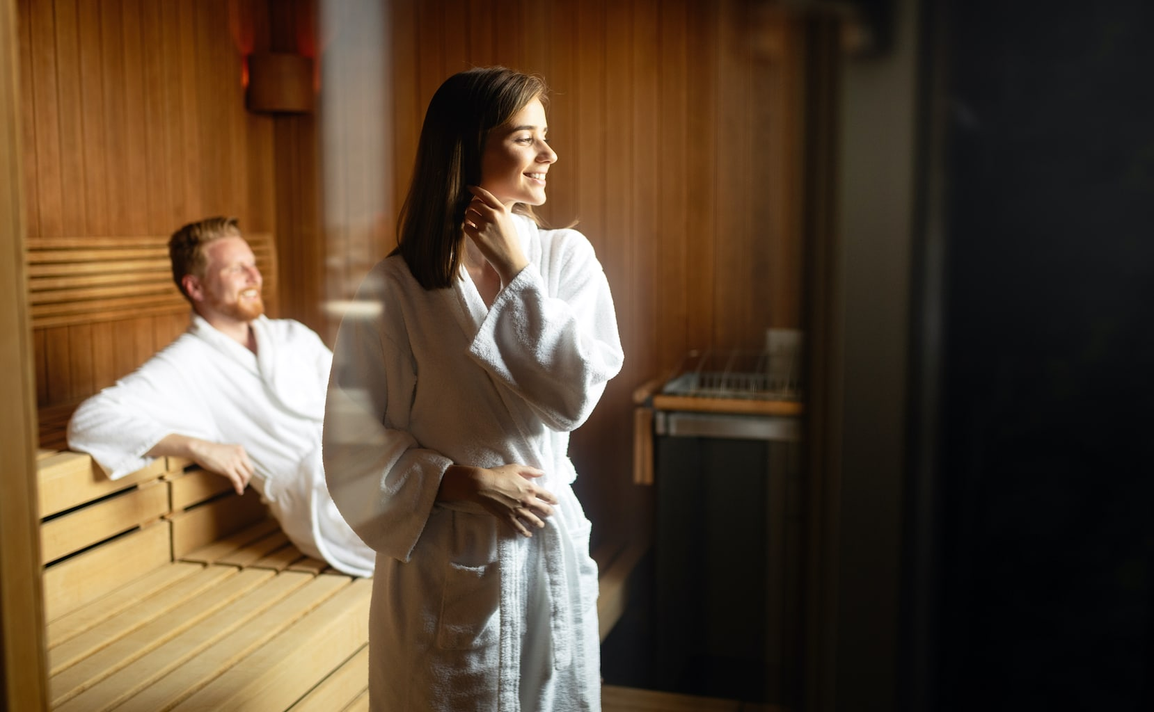 Een stel vermaakt zich in een Duitse sauna keurig gekleed in badjassen