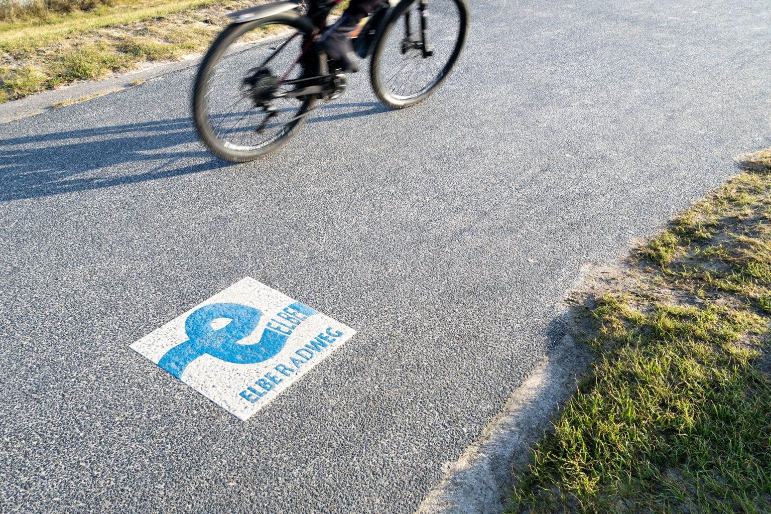 Een Markering van de Elbe-Radweg in Saksen kom je ondermeer tegen