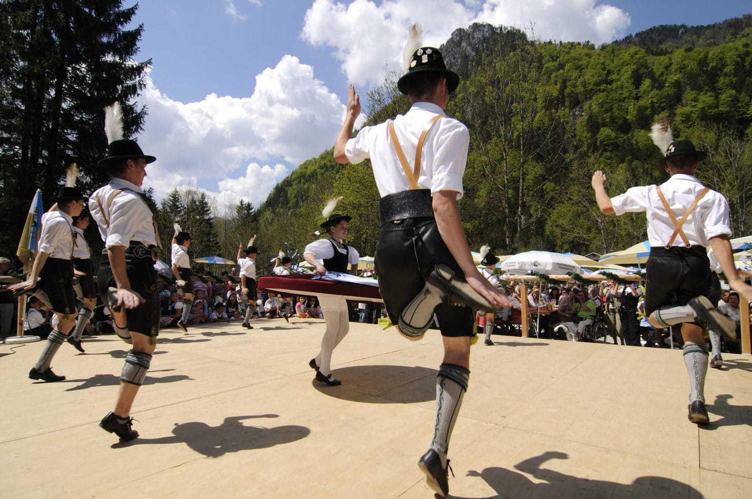 Traditionele meidans in Beieren met mannen in trachten