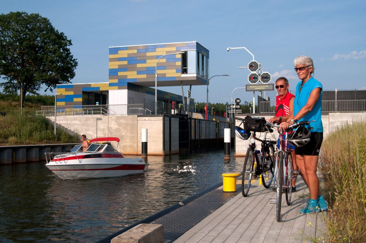 Twee fietsers wachten voor een sluis in de Lausitz