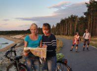 Twee miesjes kijken op een landkaart naar de weg in het Lausitzer Merenland