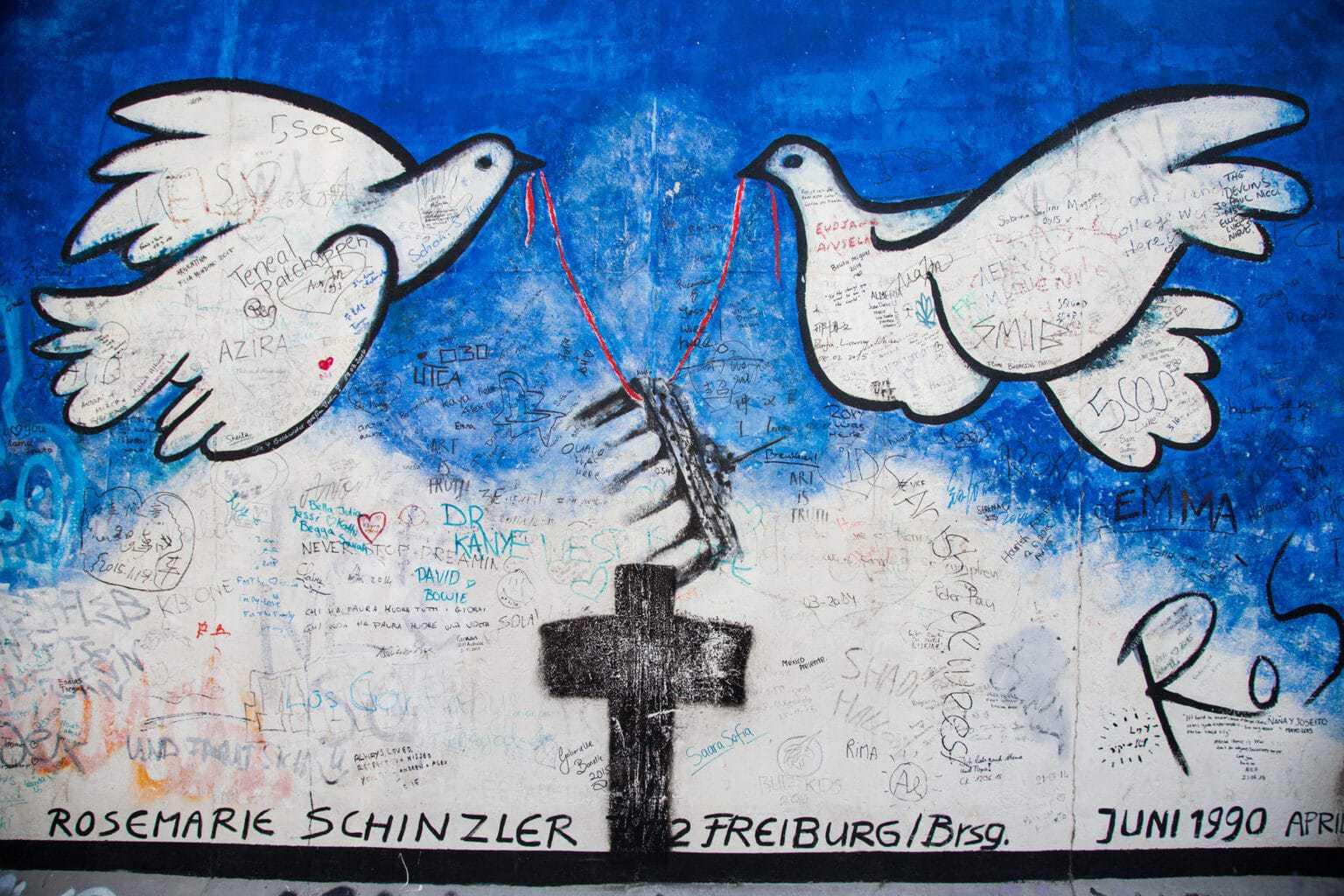 Twee vredensduifjes op de Berlijnse muur in vorm van een graffiti