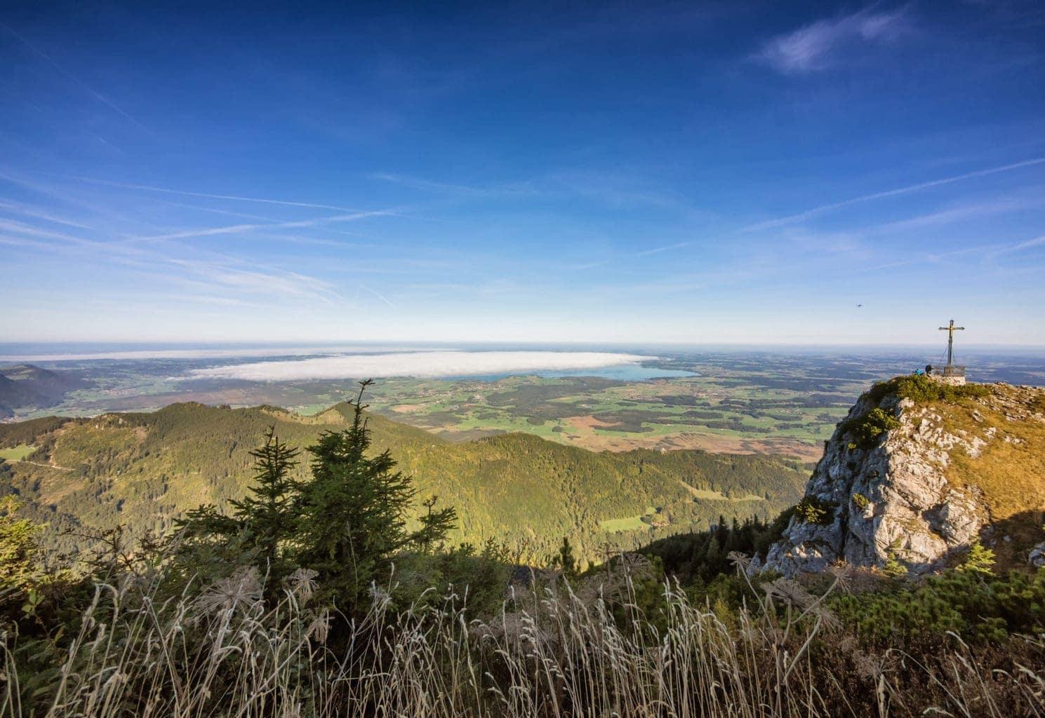 Uitzicht van de bergen op de Chiemsee en Ruhpolding in Beiren