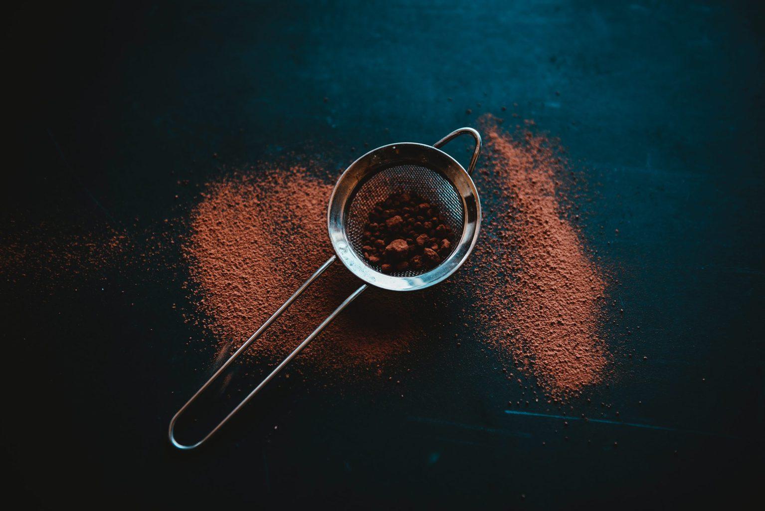 Cacaopoeder gaat door een zeefje in Duitsland