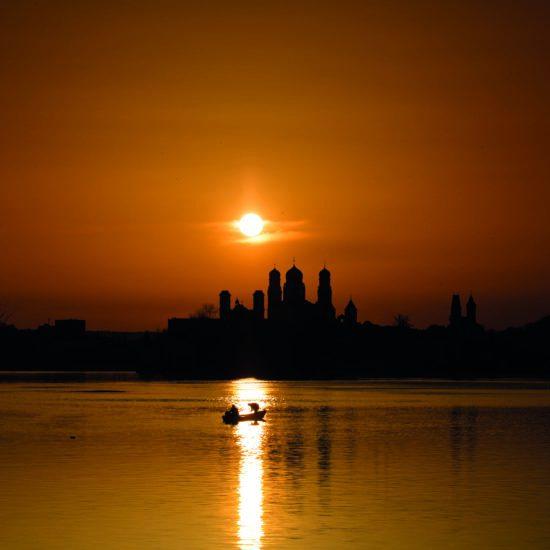Visser sop de Donau in Passau tijdens de zonsondergang