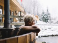 Een vrouw in een hoptod of een sauna in de sneeuw ergens in Duitsland