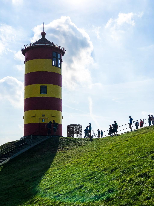 De roodgele vuurtoren van Pilsum aan de Noordzee in Duitsland