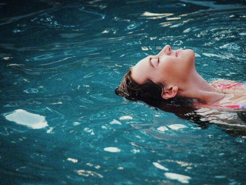 Wellness in Franken: een vrouw ligt in een zoutbad