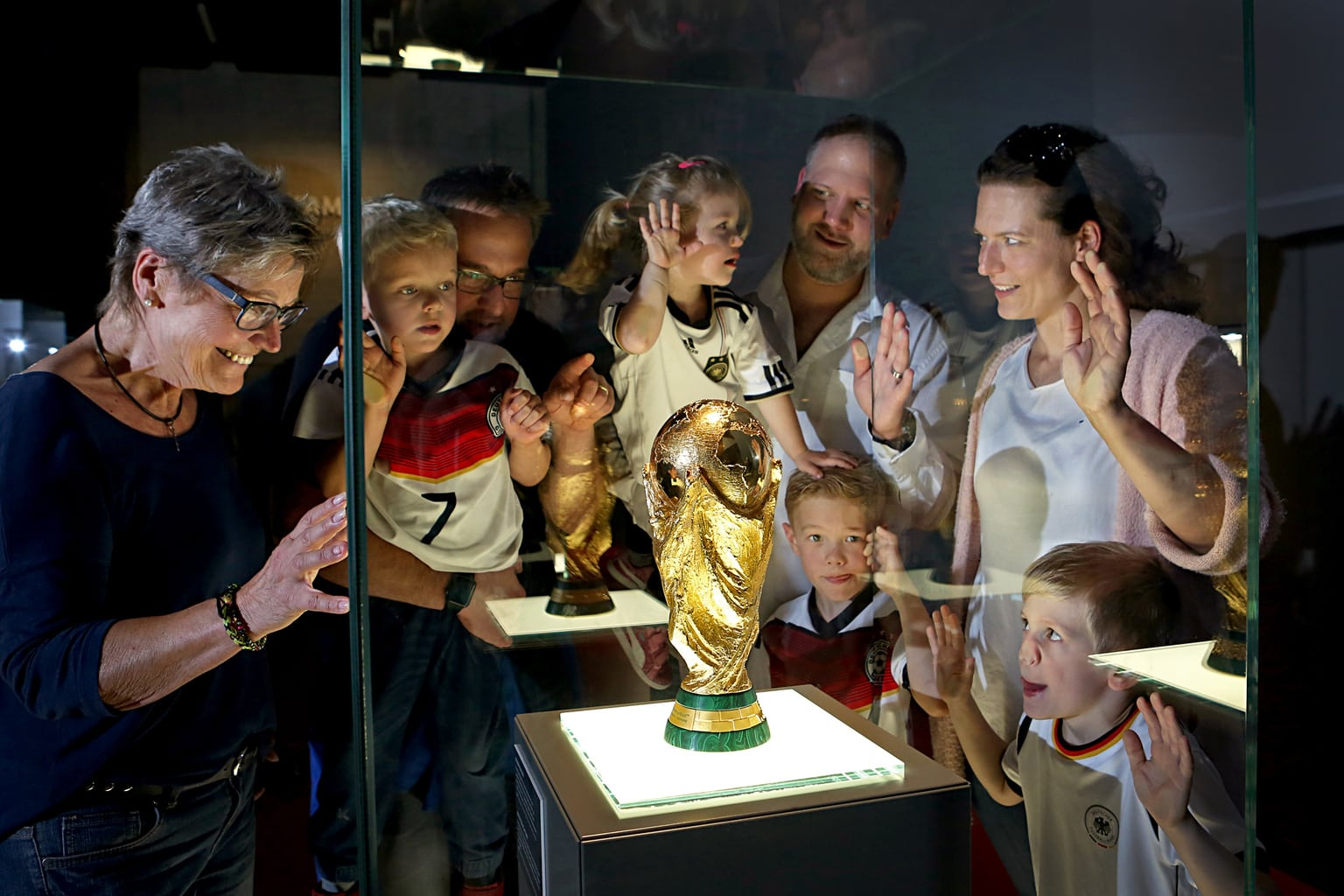De wereldbeker voetbal in het voetbalmuseum met toeschouwers