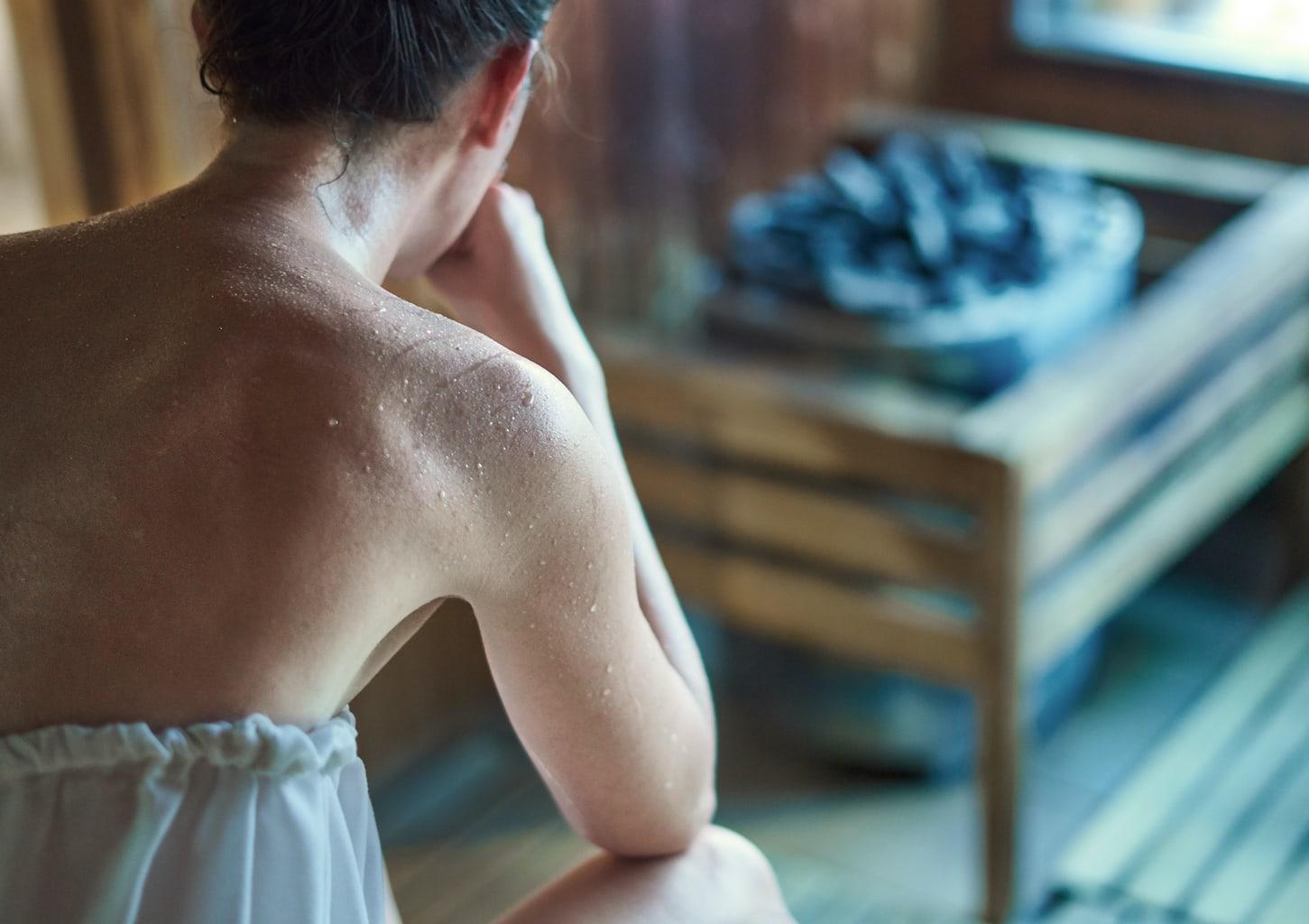Een vrouw zweet in een Duitse sauna