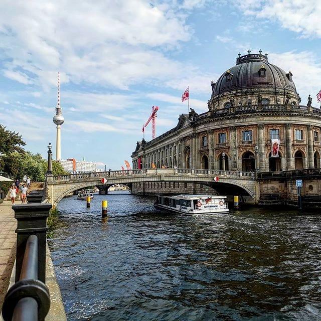 Nu dat de kleurcode van Duitsland is aangepast van 'oranje' (alleen noodzakelijk reizen) naar 'geel', kun je eindelijk beginnen met het plannen van je volgende vakantie in Duitsland! 🤩🎉 Wat vind je van een stedentrip naar Berlijn? De meeste musea zijn gelukkig ook weer open voor bezoekers. Laat je inspireren in het artikel 'Berlijn buiten de geijkte paden' (link vind je in onze bio) en wie weet zit je binnenkort op dezelfde plek waar deze foto werd genomen! 🙌  #eindelijkweer #reizen #berlijn #stedentrip #yippie #gelukkig #reisinspiratie #museuminselberlin #ontdekken #vakantietips #duitsland #spree #opstap #zinin #kannietwachten #reisjunkie #reisbestemming #berlinerluft