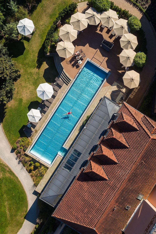 De vrouw baadt in het zwembad van het Hotel BollAnts