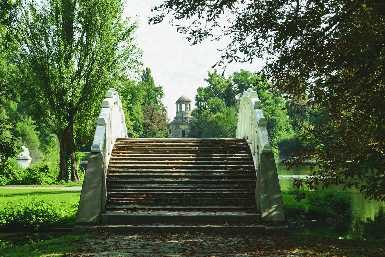 Een brug met op de achtergrond een tempel in Kasteeltuin Schwetzingen