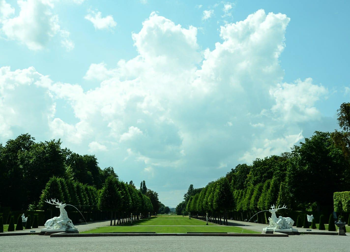 Herten fonteinen voor wolken met een gradveld in Kasteeltuin Schwetzingen